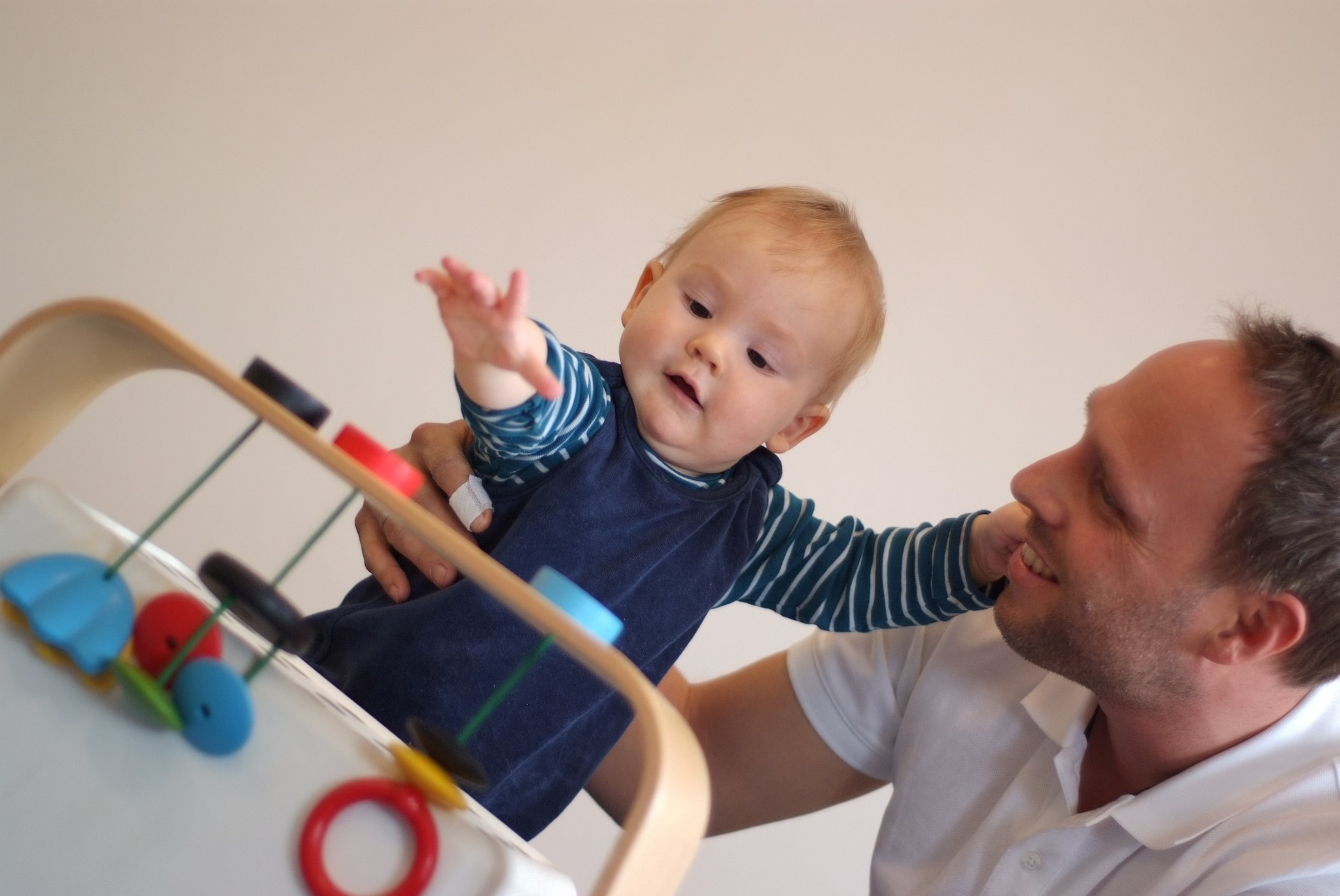 Ergotherapie mit Kindern - Kind spielt mit Spielzeug