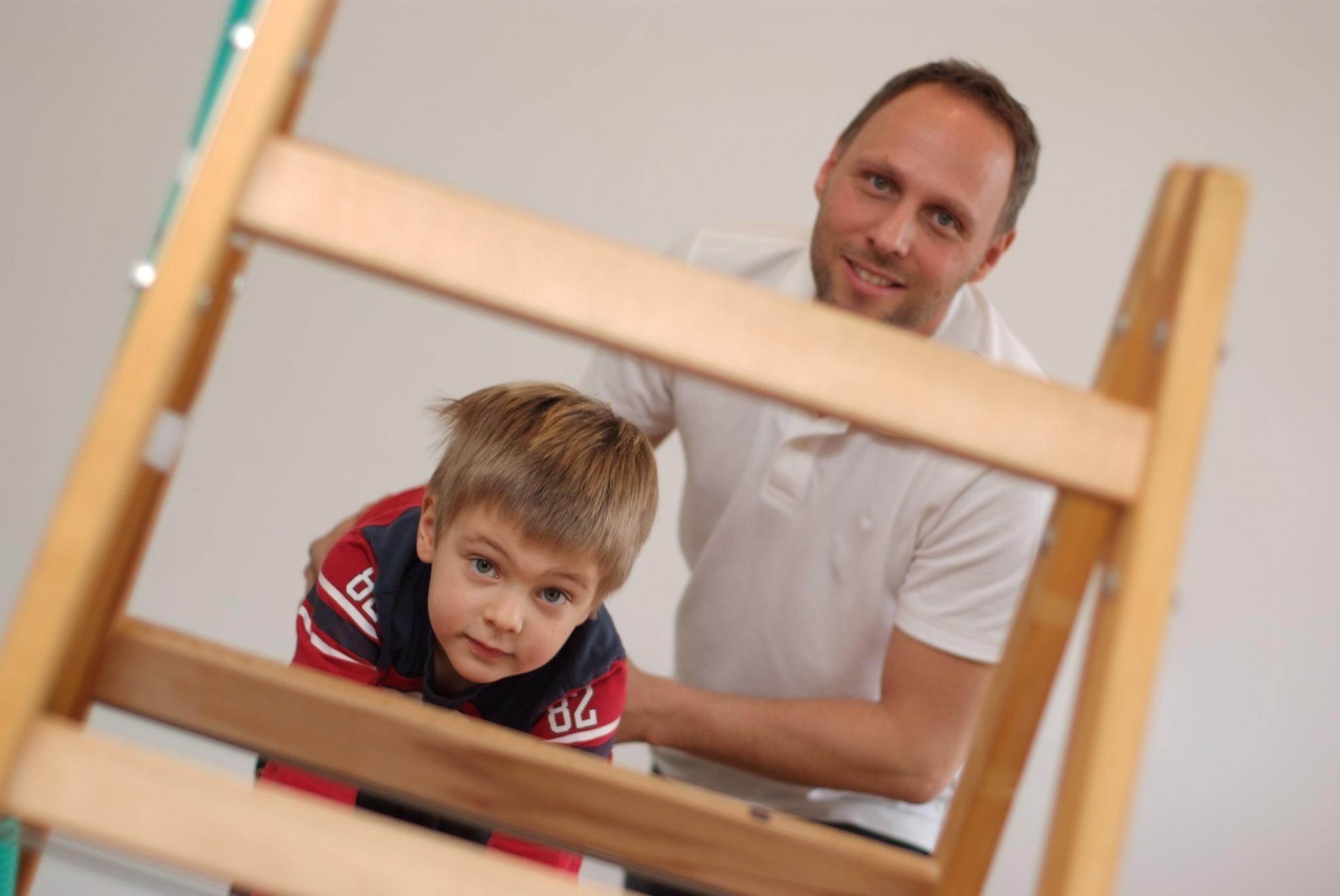 Ergotherapie mit Kindern - Kind krabbelt auf eine Leiter