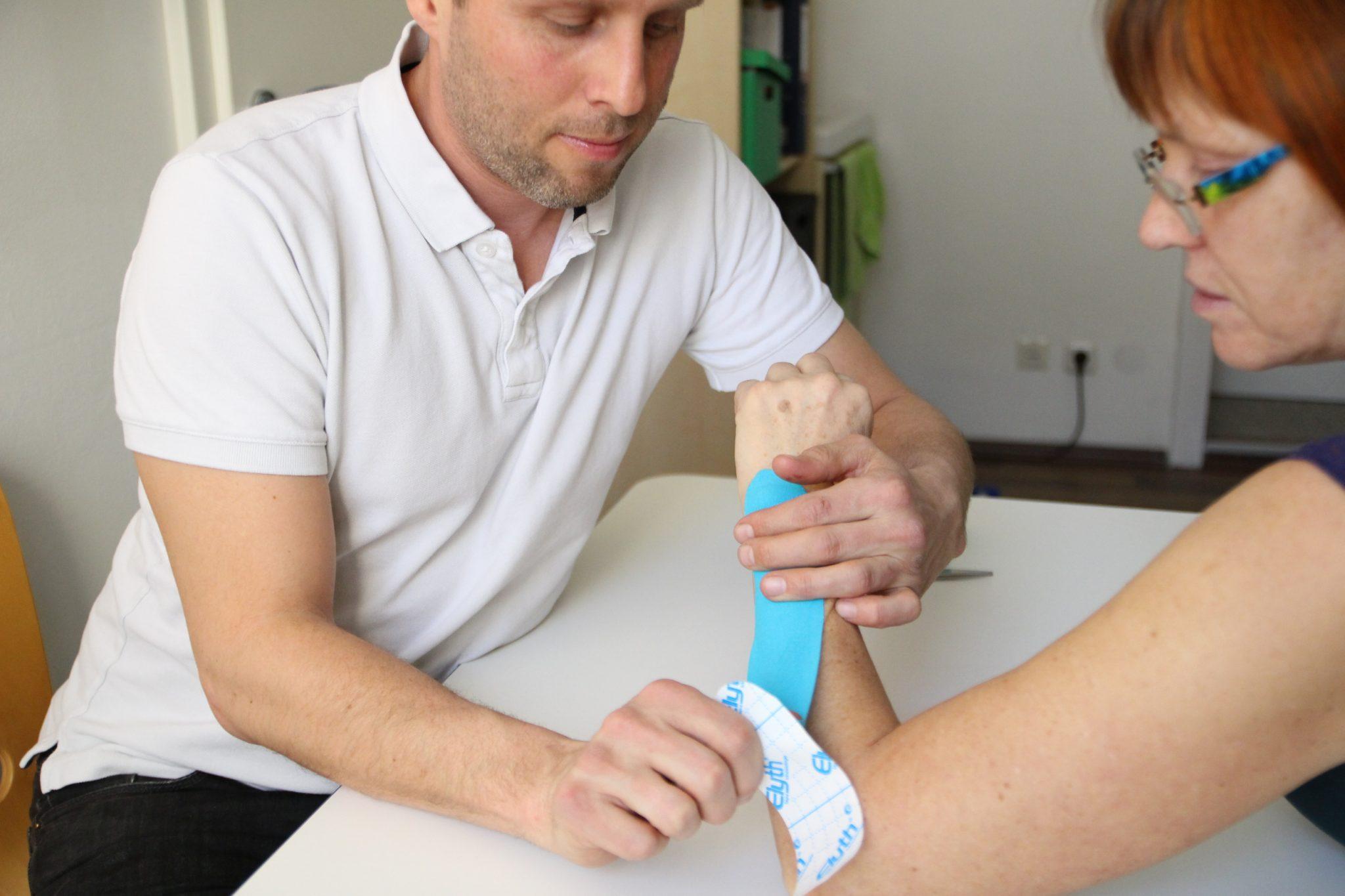 Ergotherapie Florian Prinz - Kinesiotape anbringen
